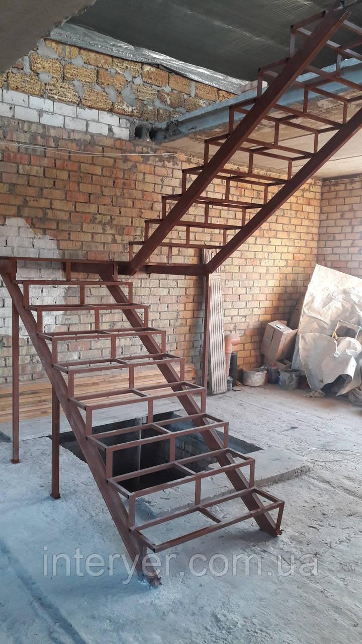 Металлическая лестница с поворотом под заказ