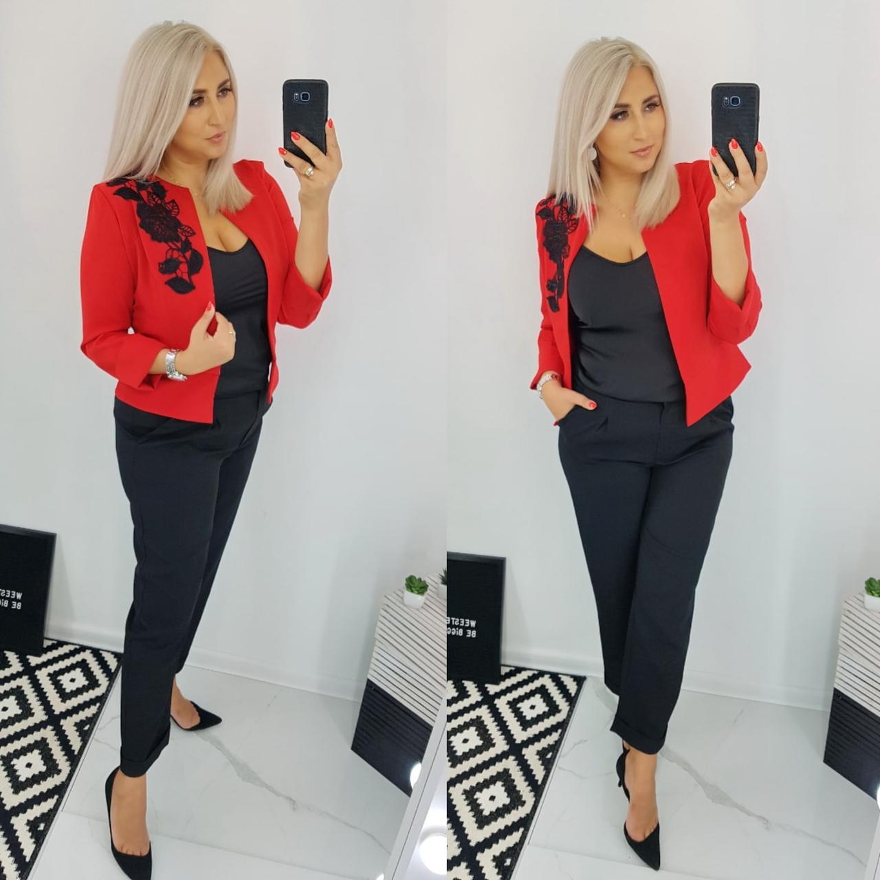 Женский деловой брючный костюм: классические черные штаны и жакет с кружевным цветком, батал большие размеры