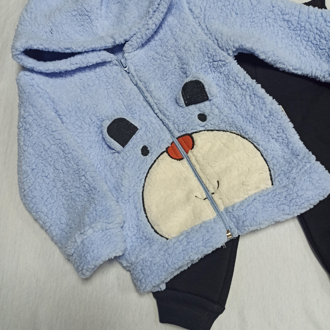 Нарядный теплый костюм для мальчика. В комплект входит кофта и штаны.