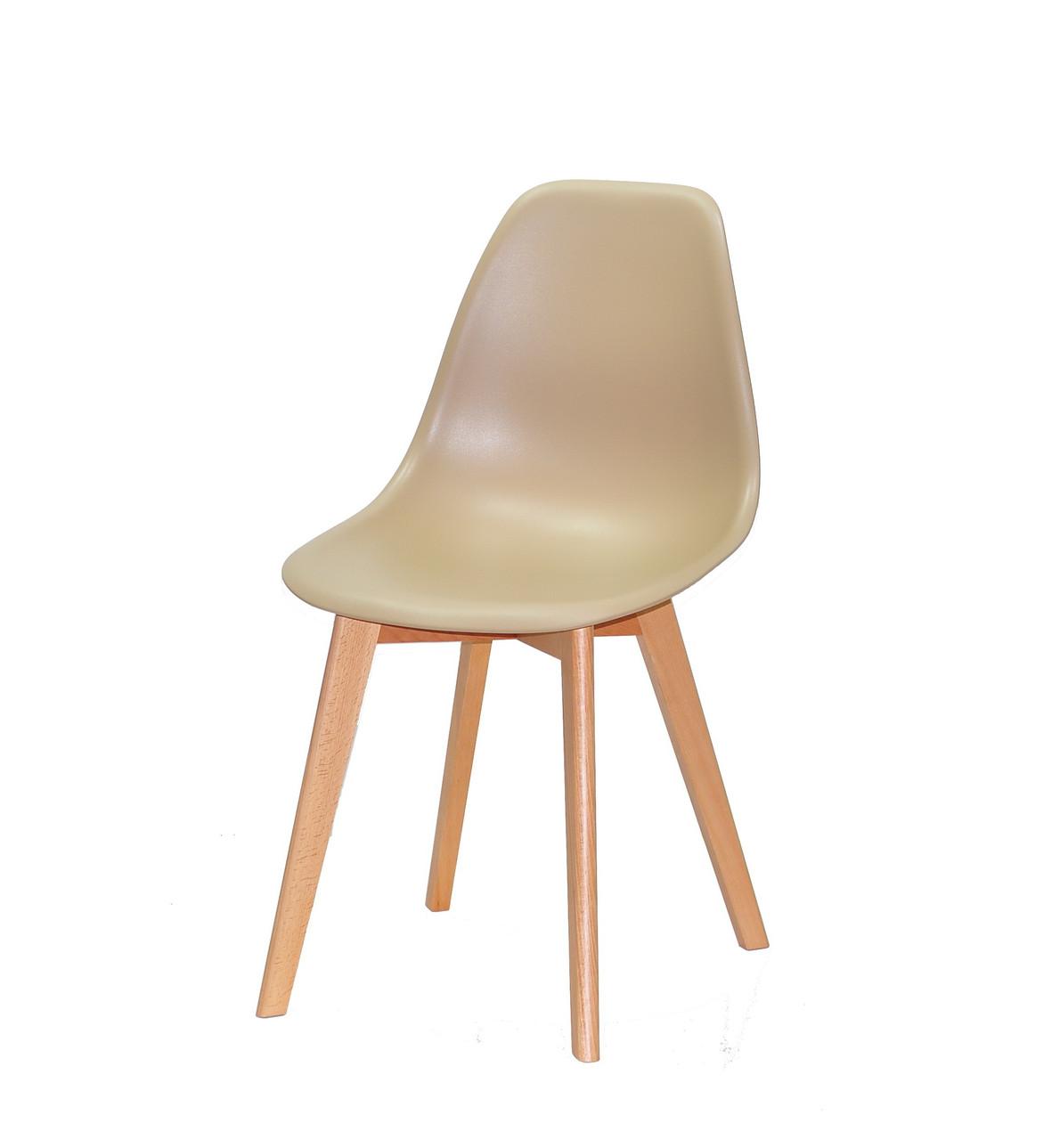 Бежевый стул с цельнолитым пластиковым сиденьем на деревянных ножках Nik D