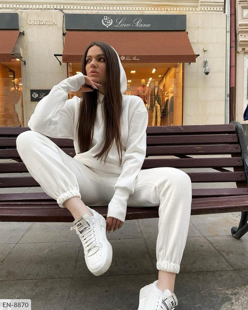 Женский костюм двойка, тёплый уютный объёмный костюмчик. Ткань: трёхнить на флисе. Цвета: белый и бежевый.