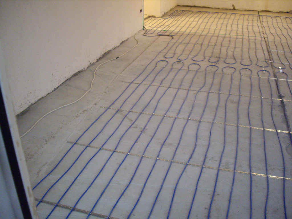 Свободные от кабеля места - для мебели с примыкающей к полу, без ножек.