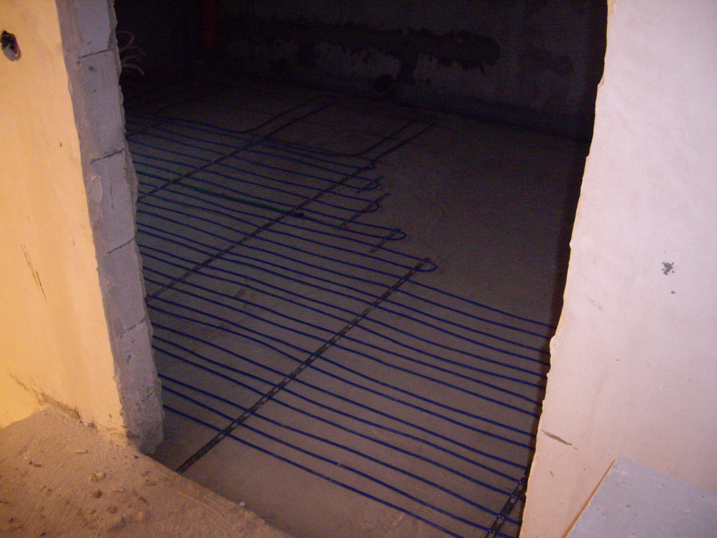 Отопление санузла на 2-м этаже. Справа - отступ для установки ванны.