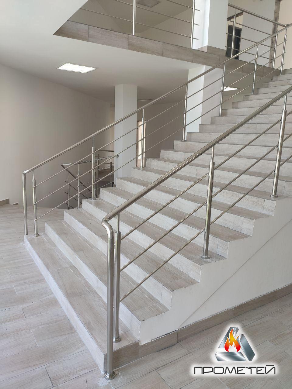 Перила по обидва боки сходів з нержавіючої сталі AISI 304, поручень Ø50 мм, стійка Ø42 мм, 3 рігеля Ø16 мм