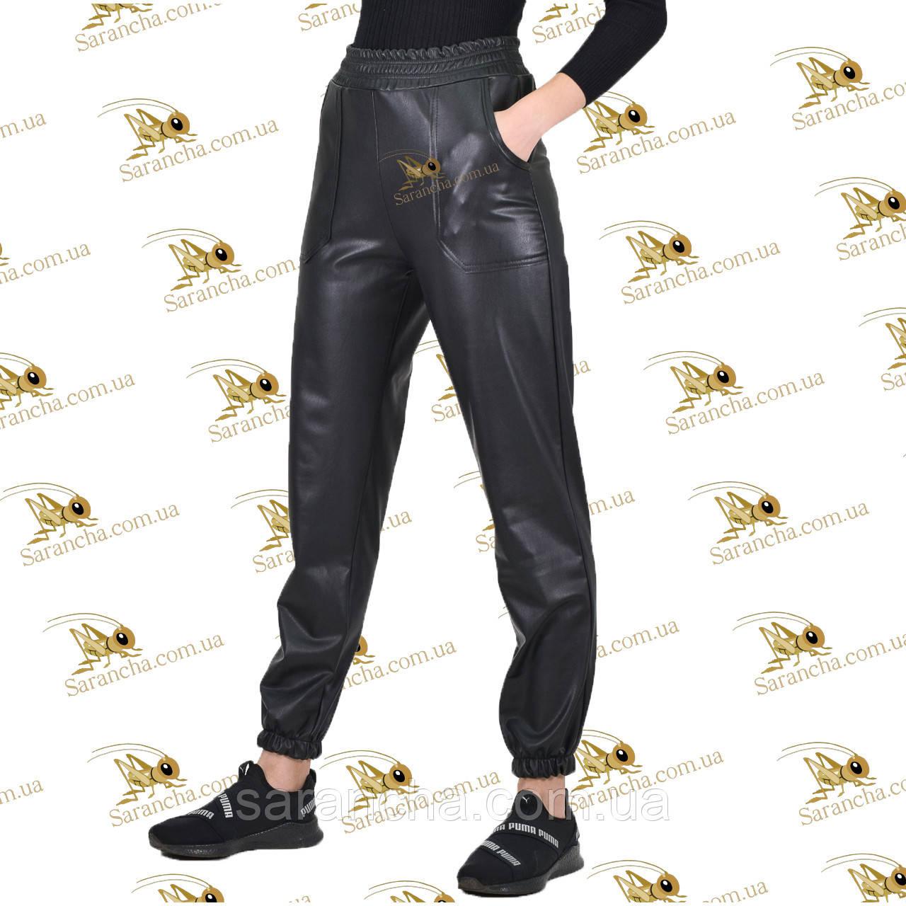 Утепленные брючки с накладными карманами на манжете-резинке черная эко-кожа на меховом велюре