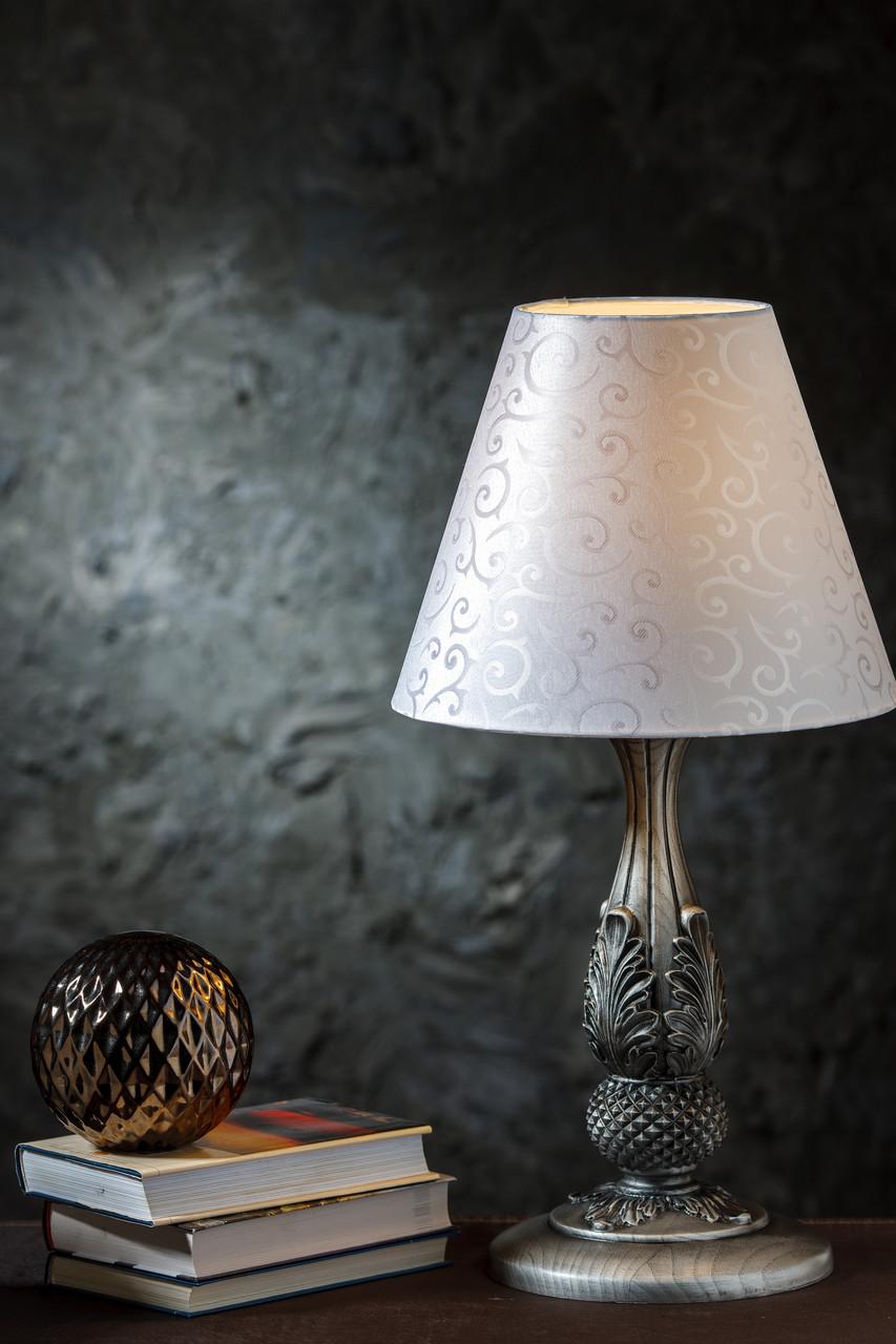 Настольный светильник на резной ножке