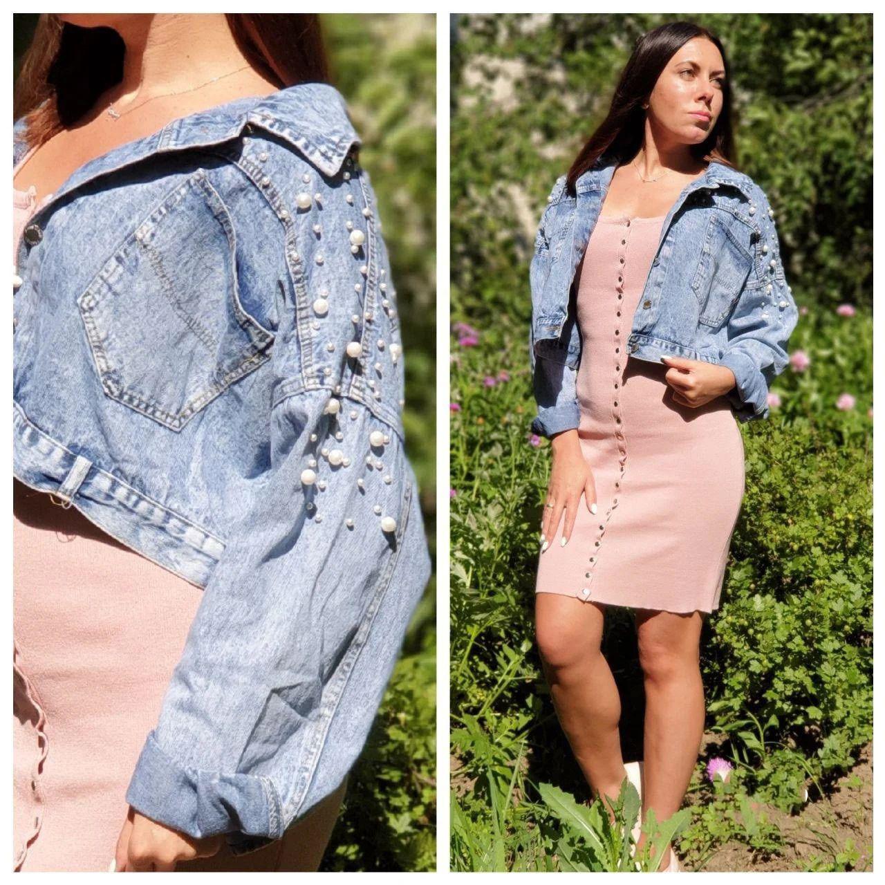 Стильная укороченная женская джинсовая куртка с жемчужинами