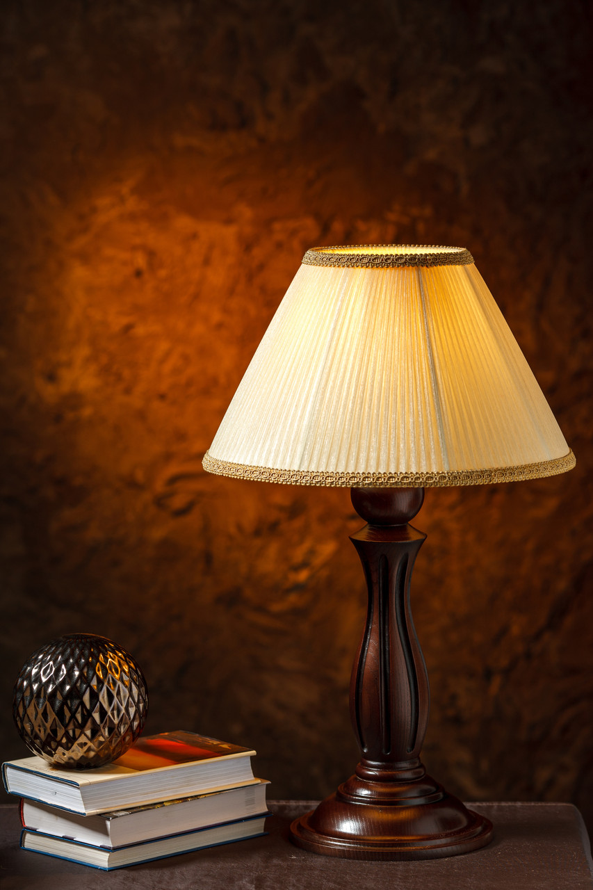 Настольная лампа на резной ножке