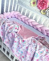Защита в детскую кроватку бортик косичка розовая