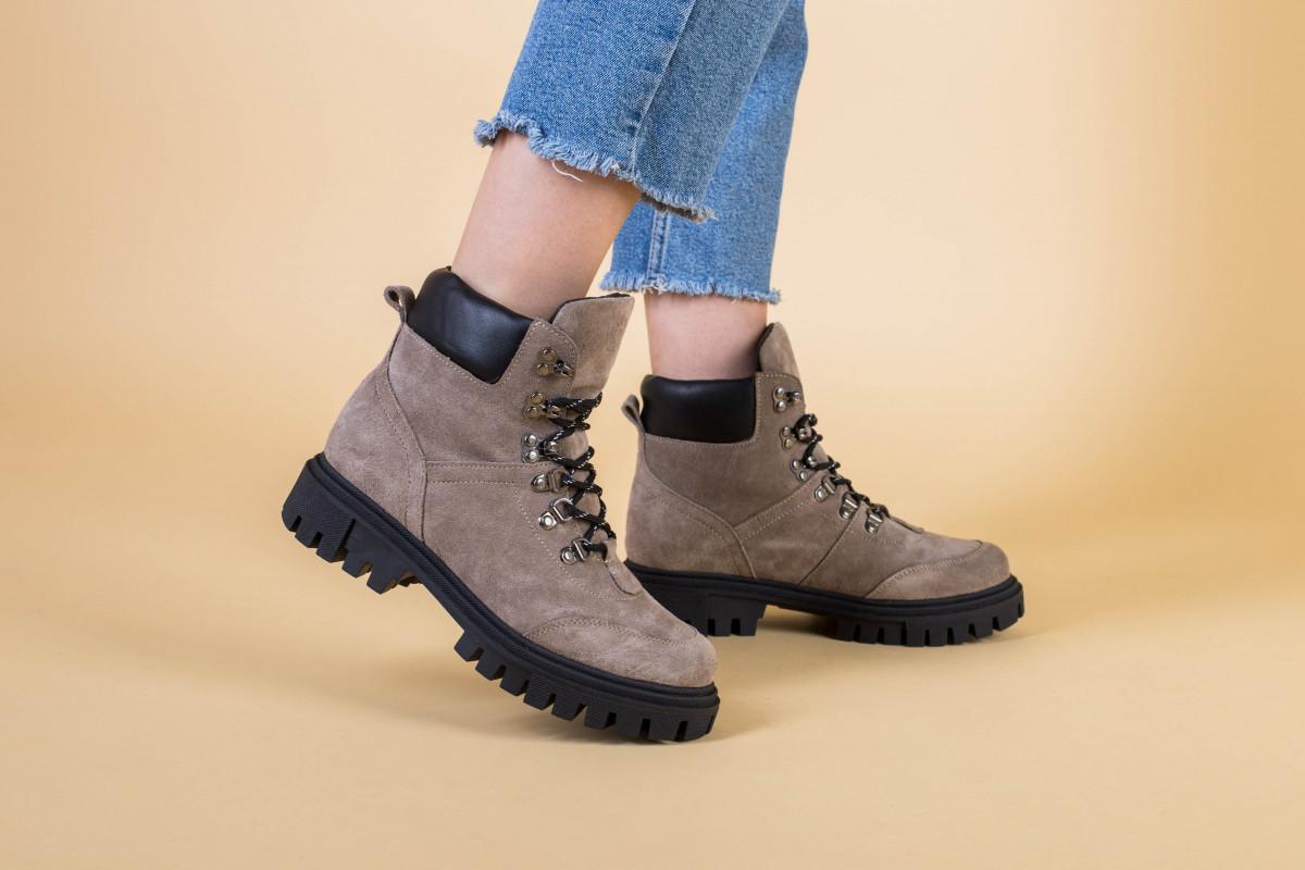 Женские замшевые ботинки цвета капучино со шнуровкой