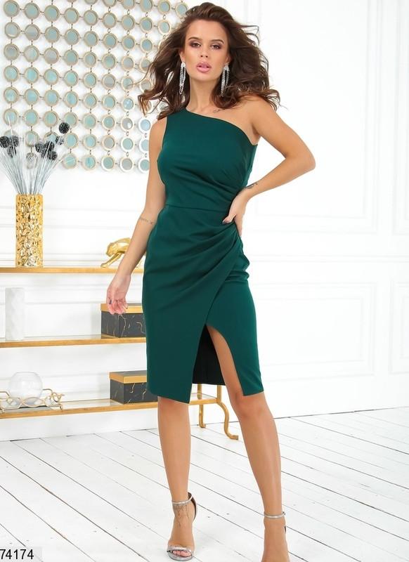 Женское коктейльное платье на одно плечо р. 42-48 бутылочное