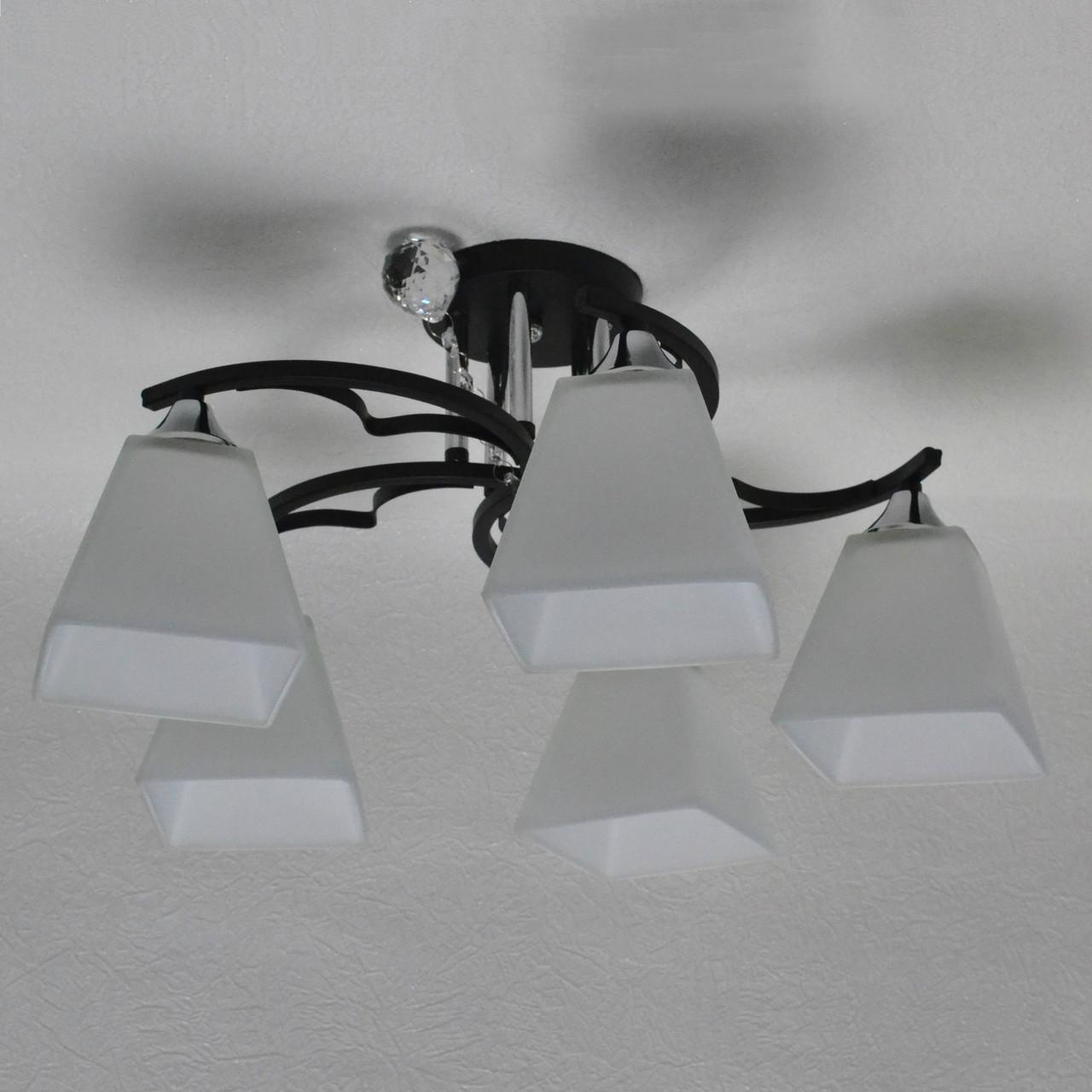 Люстра на 5 ламп чорна основа білі плафони
