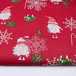 """Стандартний клапоть тканини 40*40 см """"Гноми і сріблясті сніжинки: ягоди, посох, подарунки"""" на червоному, фото 2"""