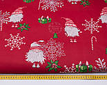 """Стандартний клапоть тканини 40*40 см """"Гноми і сріблясті сніжинки: ягоди, посох, подарунки"""" на червоному, фото 3"""