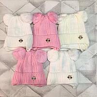 Стильная теплая шапка для девочки с маленькой брошкой