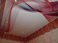 Натяжной потолок с печатью в ванной