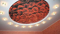 Натяжной потолок с печатью в спальне