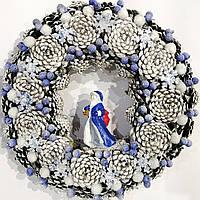 Новогодний венок из шишек с дедом морозом в синих тонах d 35см Ручная работа