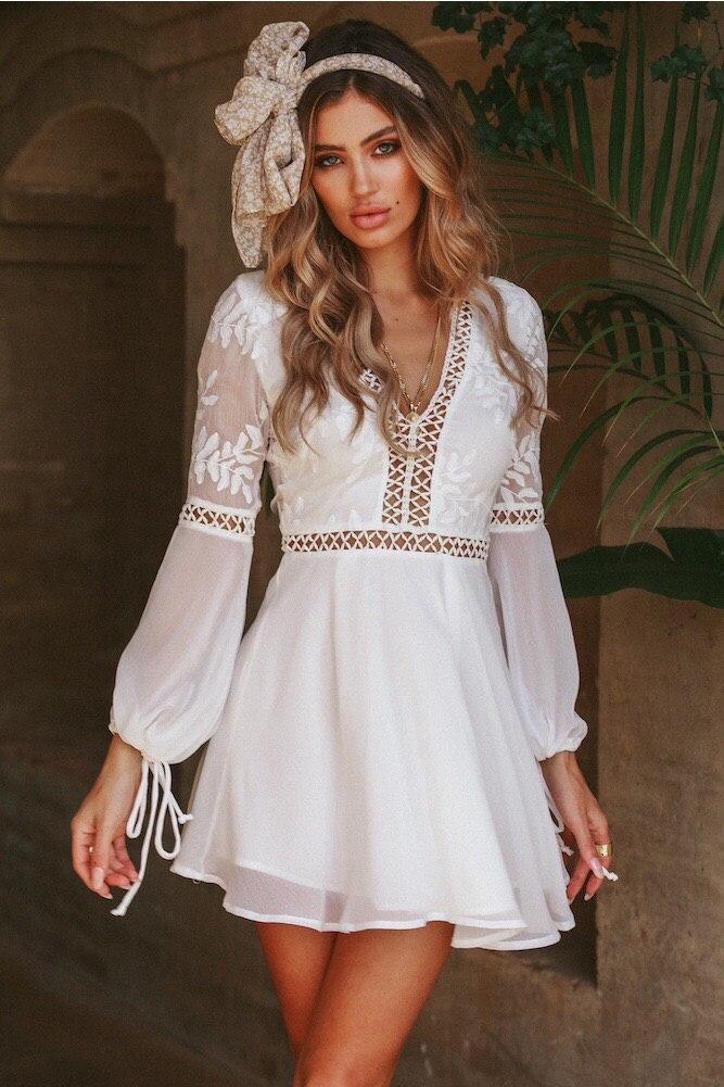 Шифоновое белое платье с расклешенной юбкой и вырезом на спине tez48031360