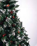 """Ялинка штучна ПВХ """"Різдвяна"""" Елітна з білими кінчиками шишками і калиною 1 м, фото 2"""