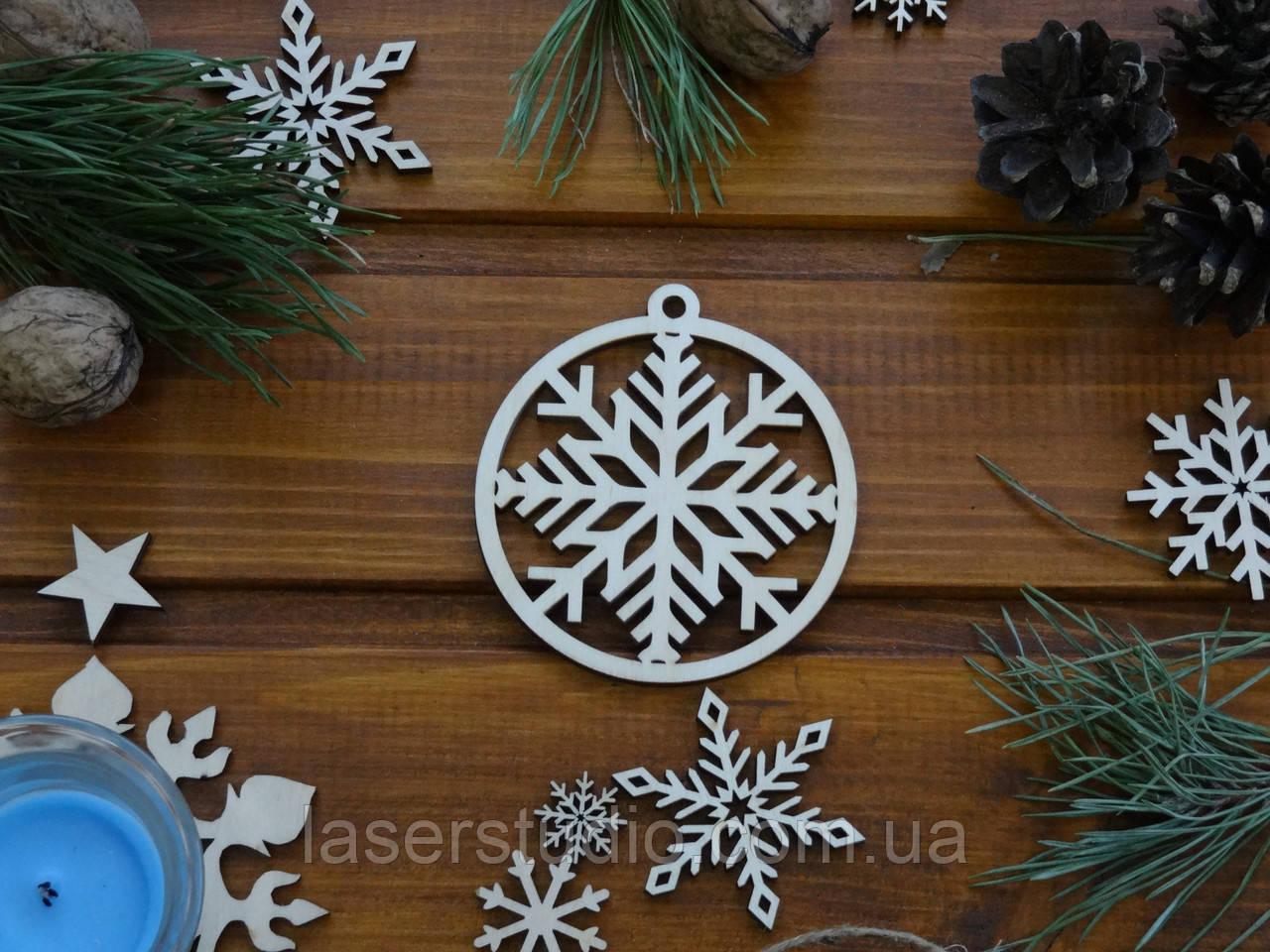 Деревянный елочный шар Снежинка в Кругу №21
