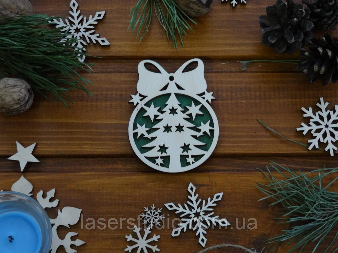 Деревянное елочное украшение Елка с Бантиком №51 с Зеленым фоном