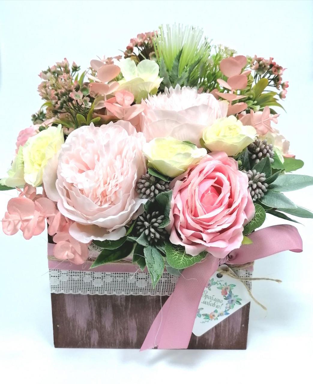 Декоративные цветы в деревянном конверте