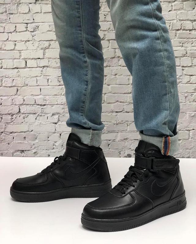 Зимние высокие кожаные кроссовки на меху черного цвета Nike Air Force 1 Mid Triple Black фото