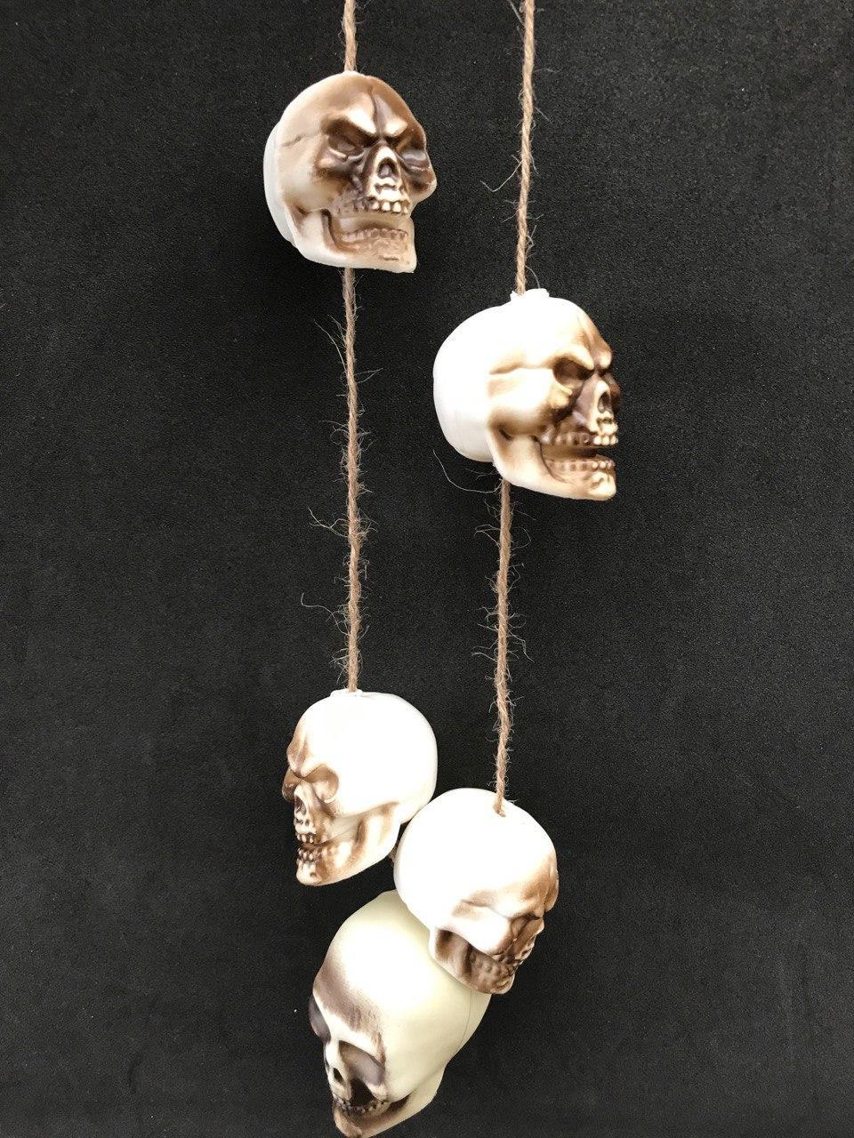 Підвіска з черепів 65 см (аксесуар для Хеллоуїна)