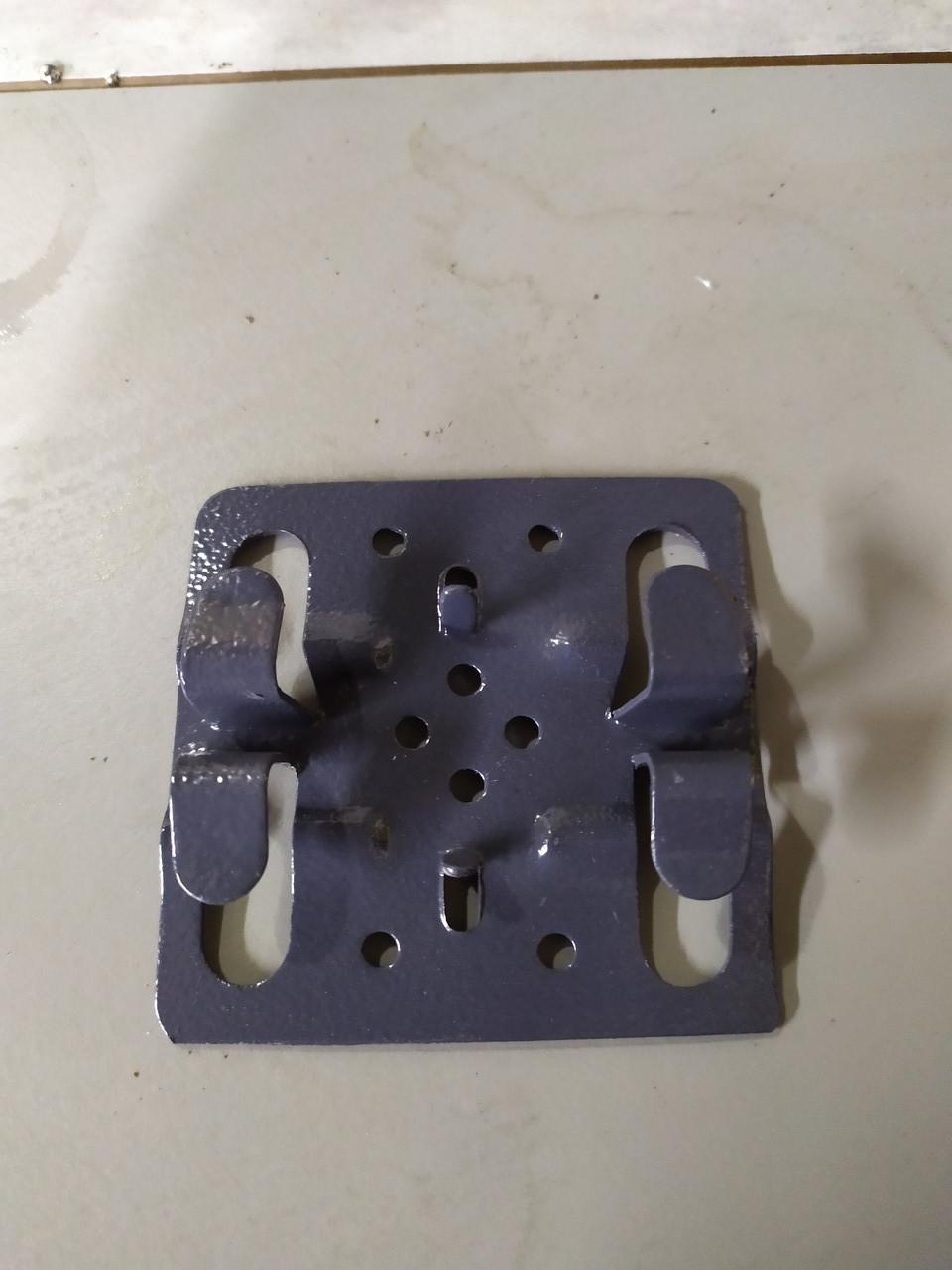Кляймер из нержавеющей стали для керамогранита окрашенный в графитовый цвет