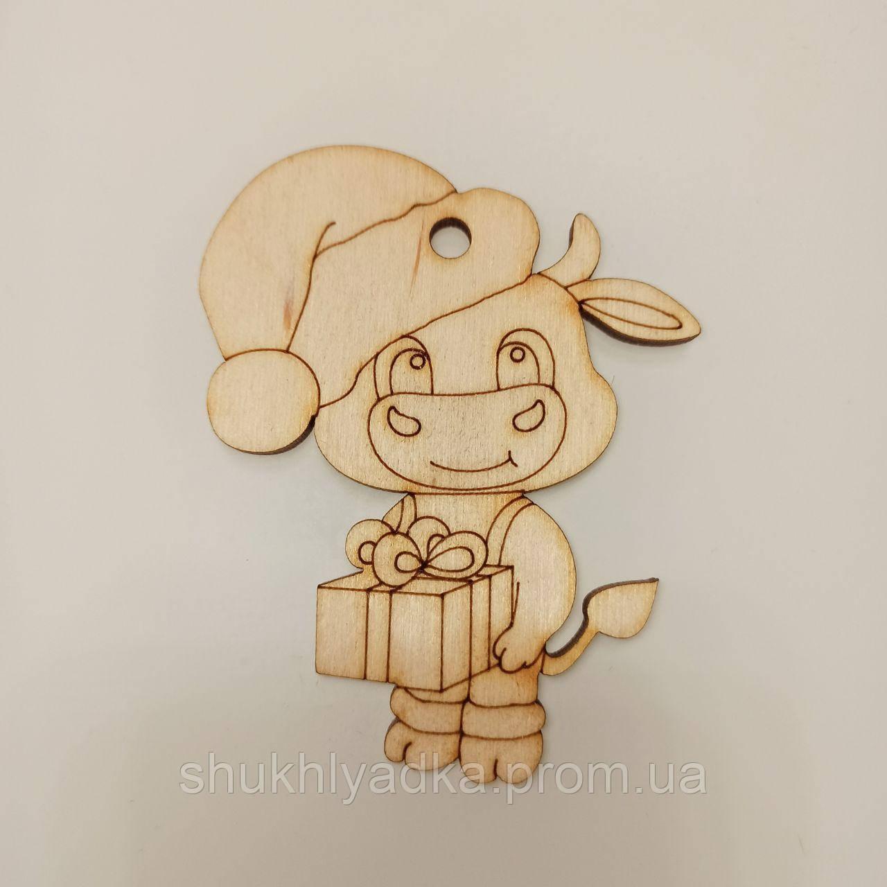 """Новогодняя деревянная елочная игрушка Подвеска """"Коровка с подарком""""_деревянный декор_Новый год"""