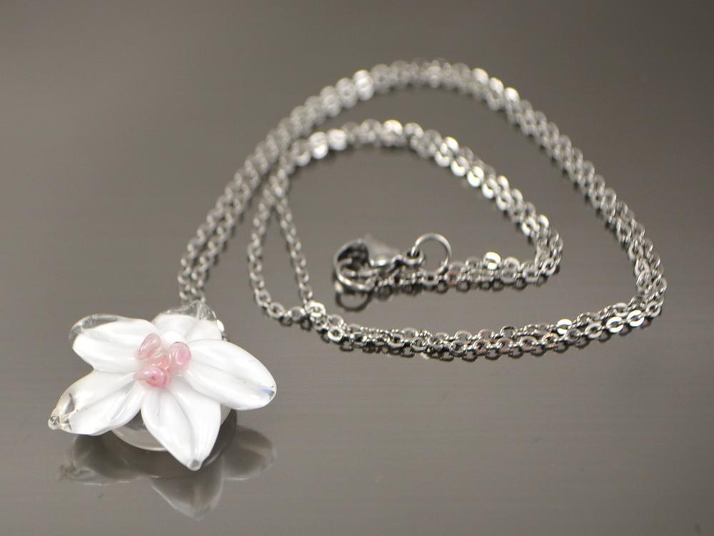 Кулон Белая Орхидея с розовинкой на стальной цепочке