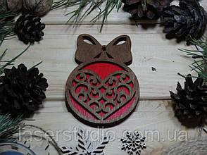 Деревянное елочное украшение Тонированое Сердце №50 с Бантиком с Красным фоном