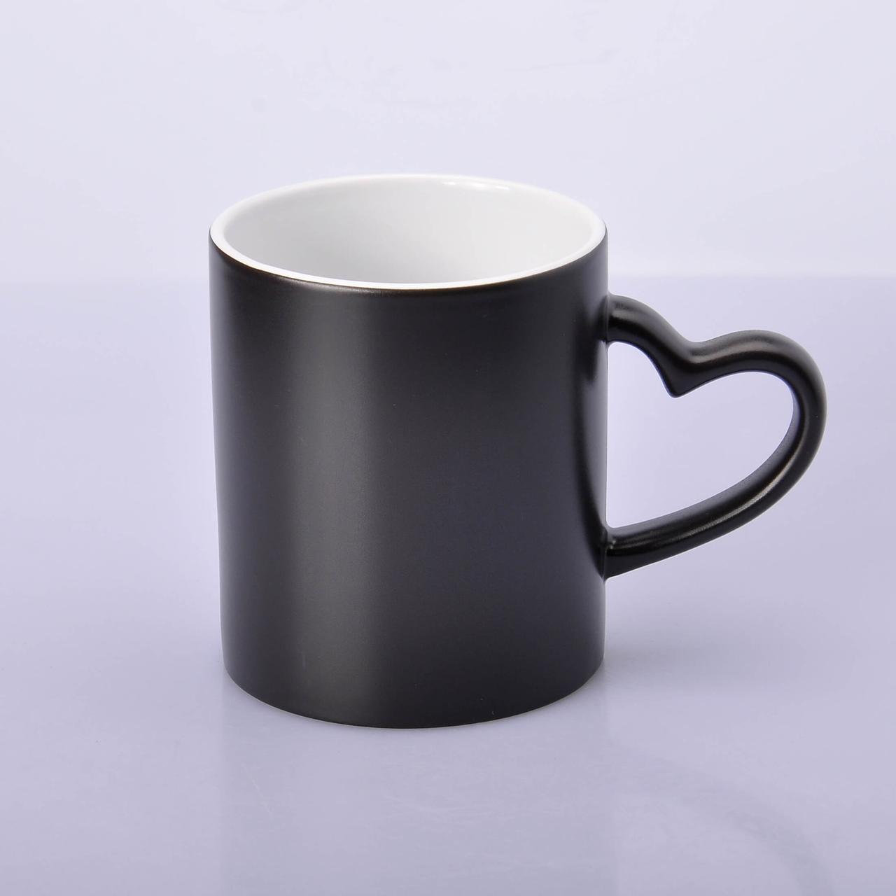 Чашка сублимационная хамелеон с РУЧКОЙ СЕРДЦЕ (черный)