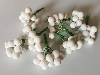 Искусственные ягоды. Бутоньерка ягода белая, матовый глиттер