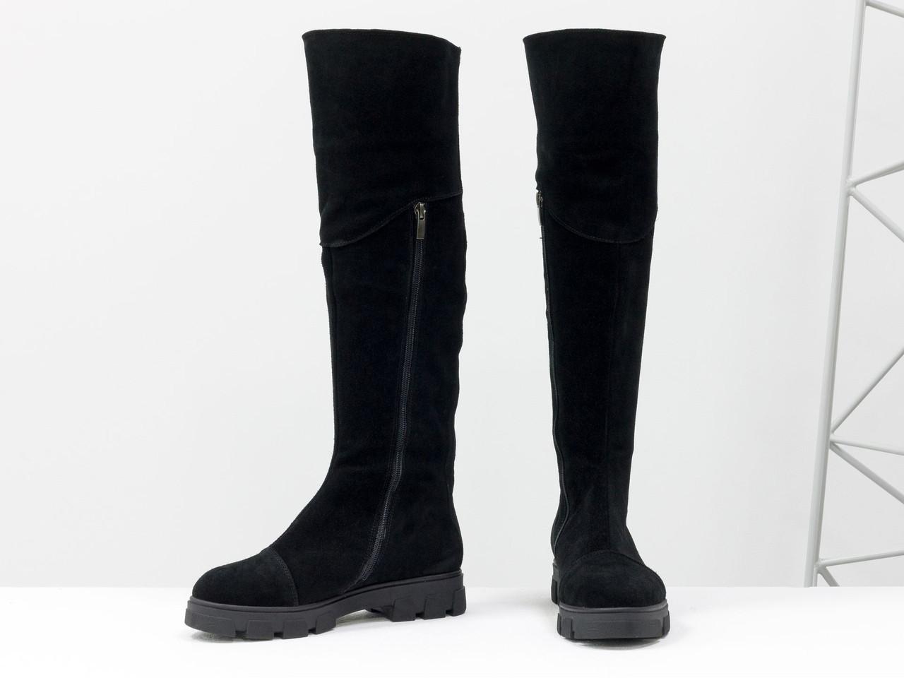 Высокие женские сапожки из натуральной замши черного цвета с яркой молнией сзади, на противоскользящей подошве