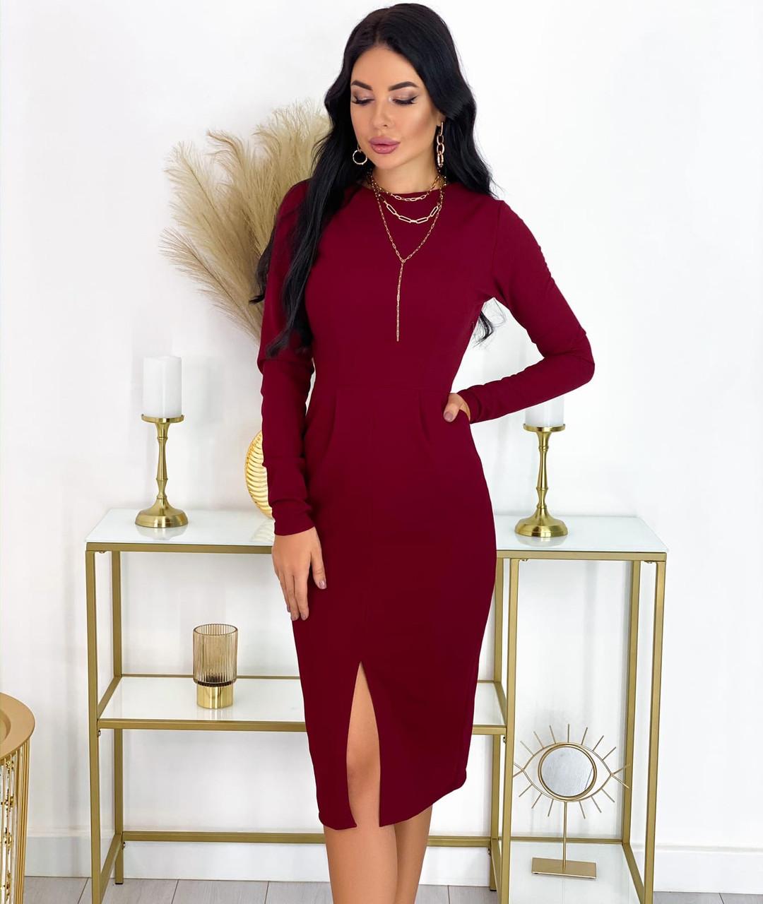 Изысканное силуэтное платье с разрезом