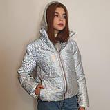 Світловідбиваюча жіноча куртка з голографічним принтом трикотажної вставкою та капюшоном, фото 5
