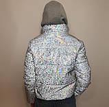 Світловідбиваюча жіноча куртка з голографічним принтом трикотажної вставкою та капюшоном, фото 6