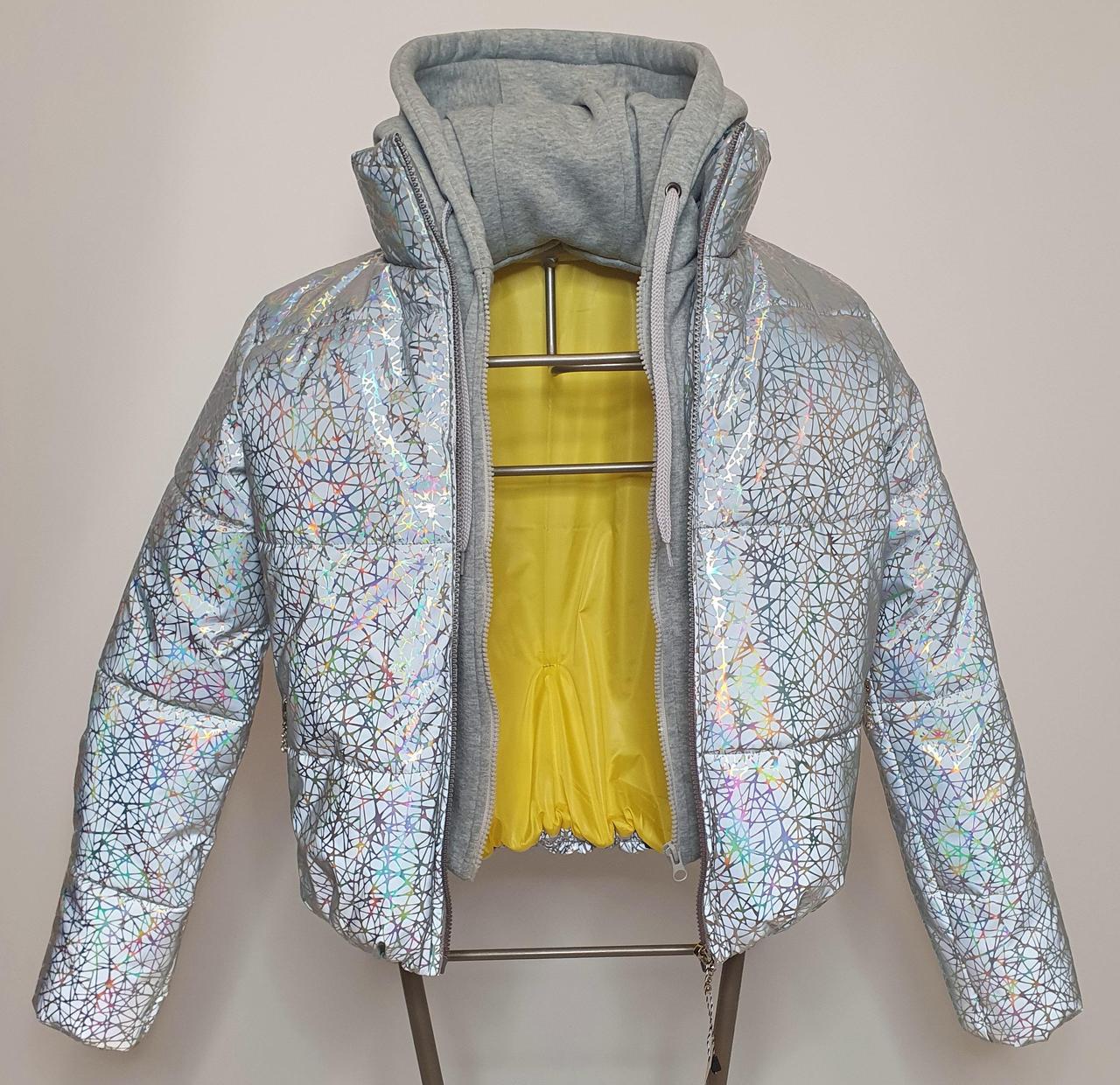 Світловідбиваюча жіноча куртка з голографічним принтом трикотажної вставкою та капюшоном