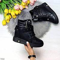 Крутые модельные черные женские зимние ботинки сникерсы с декором