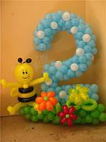 """Цифра """"2"""" с травкой и пчелкой из воздушных шаров"""