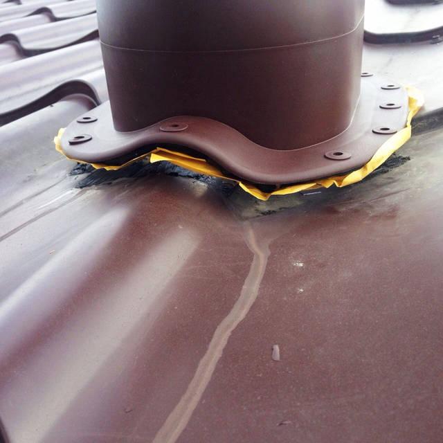 Монтаж проходного элемента для вентиляционной трубы  в крышу из металлочерепицы.