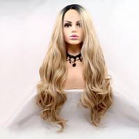 Длинный волнистый реалистичный женский парик на сетке цвета медовый блонд с омбре