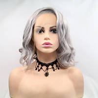 Короткий волнистый реалистичный женский парик на сетке пепельно серого цвета