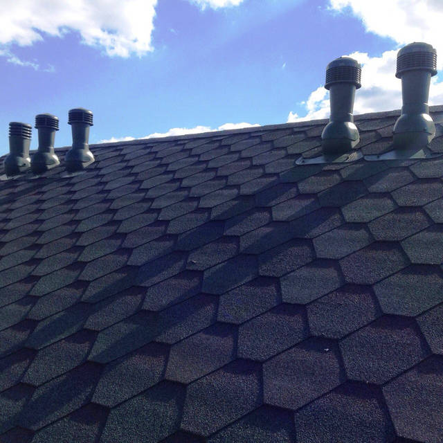 Вентиляция загородного  дома (вентиляционные дефлектора и вентиляторы на крыше).