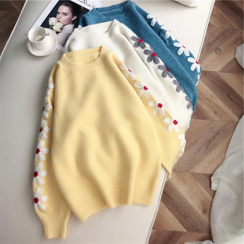 Стильный свитер с вышивкой ромашки 42-46 (голубой)