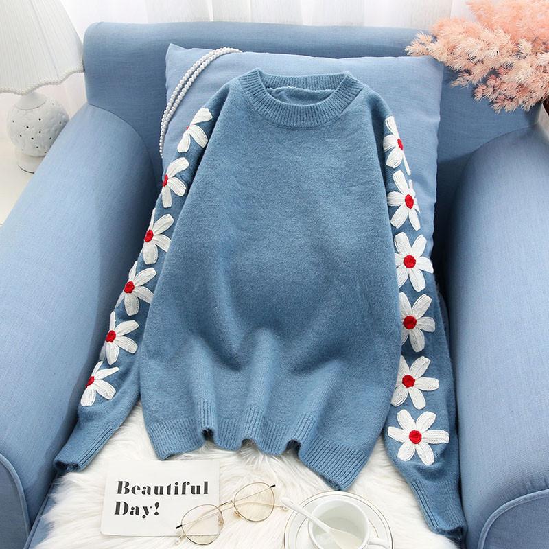Молодежный женский свитер с цветочной вышивкой 42-46 (голубой)