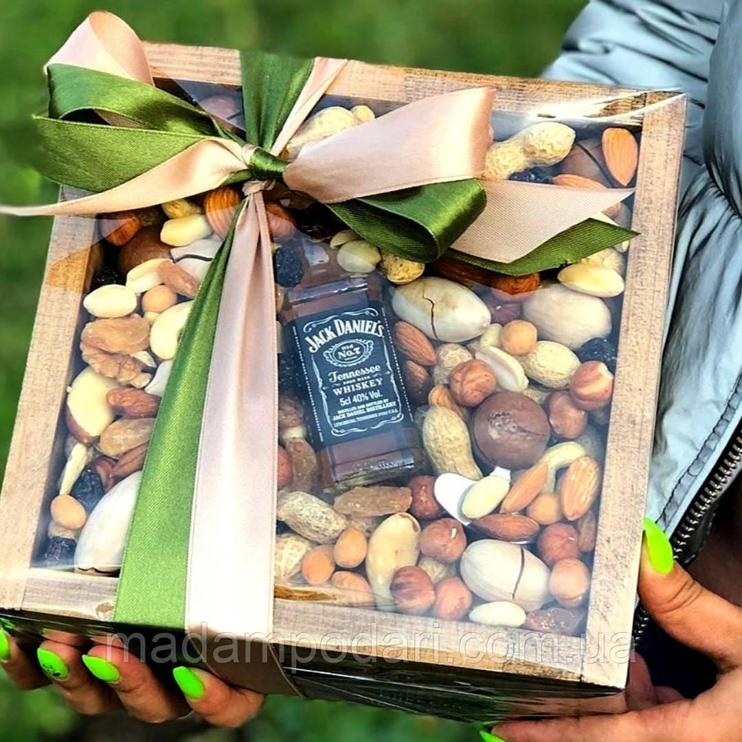 Набор с виски и орешками