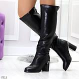 Модные высокие черные зимние сапоги на устойчивом декорированном каблуке, фото 2